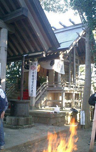 05) 社殿。すぐ裏は、既に「披露山庭園住宅」になってしまった。.JPG